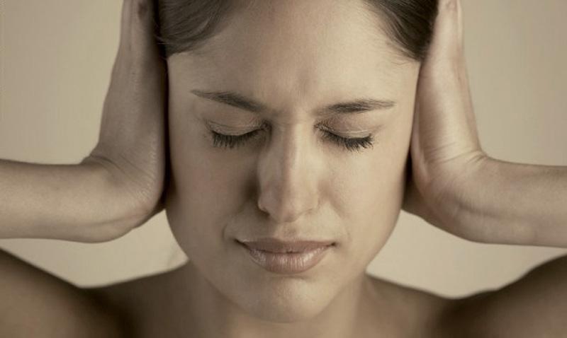Tinnitus, sonidos de grillos y zumbidos en el oído.