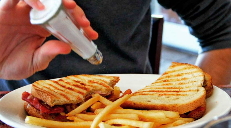 ¿Qué pasa si como mucha sal? 7 efectos de comer alimentos salados